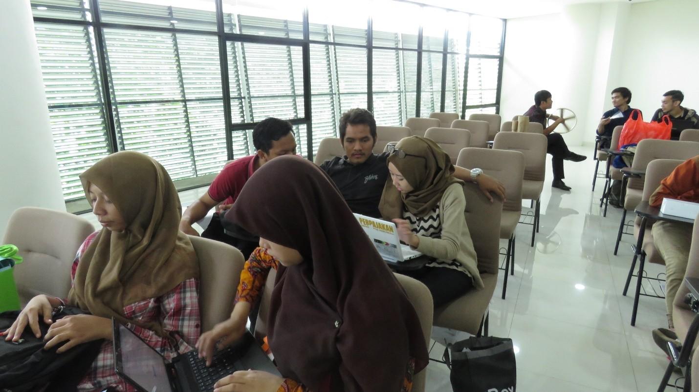 Gambar 3. Peserta tengah mempersiapkan diri sebelum berkonsultasi